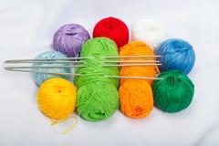 Boules colorées du fil, laine sur le tissu blanc Image libre de droits