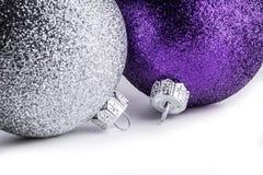 Boules colorées multi de Noël sur le fond blanc Images libres de droits