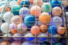 Boules colorées par verre dans la cage de fil Photo libre de droits