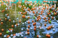 boules colorées sur l'eau Photo libre de droits