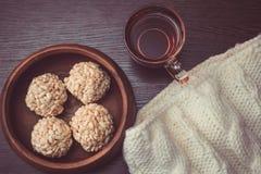 Boules croustillantes de tasse de thé et de riz Images stock
