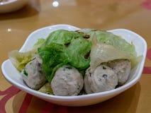 Boules cuites à la vapeur de poissons et de porc images stock