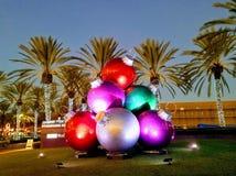 Boules décoratives énormes et colorées sur les rues de la Californie, Photos libres de droits