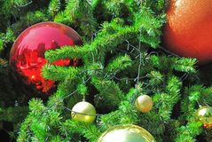 Boules décoratives rouges et oranges brillantes pour Noël Image stock