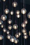 Boules d'éclairage sur le lustre dans la lumière artificielle Photographie stock libre de droits