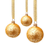 Boules d'or accrochantes de Noël avec le ruban d'isolement Images stock