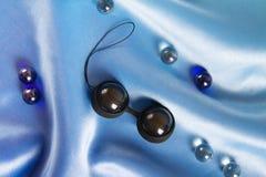 Boules d'amour de jouet de sexe pour la femme sur le satin Photo libre de droits