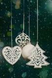 Boules d'arbre de Noël avec le bokeh de neige et de lumières Photos libres de droits