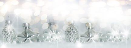 Boules d'arbre de Noël dans la neige Photos stock