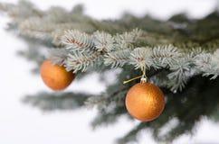 Boules d'or de Noël photographie stock libre de droits