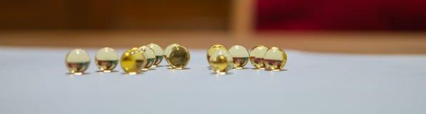 Boules d'or rondes translucides jaunes OEUFS de poissons, huile Photo stock