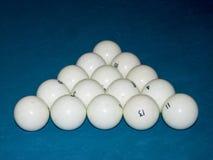 Boules de billard dans une table de billard à la triangle photographie stock