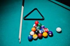 Boules de billard dans une table de billard à la triangle avec la queue de billard Image stock