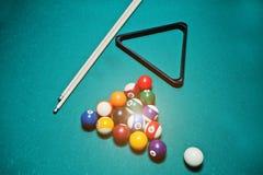 Boules de billard dans une table de billard à la triangle avec la queue de billard Photo stock