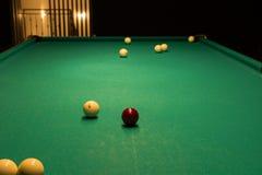 Boules de billard dispersées sur la table de billard Image stock