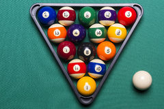 Boules de billard placées dans une triangle Photo stock