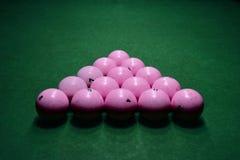 Boules de billard roses sur une table de billard verte photographie stock libre de droits