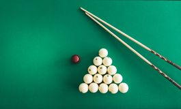 Boules de billard russes, queue, triangle, craie sur une table image libre de droits