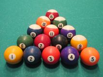 Boules de billard sur la table photos stock