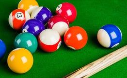 Boules de billard sur la table verte avec la queue de billard, billard, piscine Photographie stock