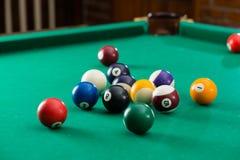 Boules de billard sur la table verte avec la queue de billard, billard, piscine g Images stock