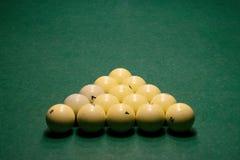 Boules de billard sur une table de billard verte photographie stock libre de droits