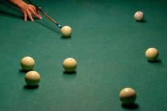 Boules de billard sur une table de billard verte photo libre de droits
