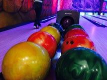 Boules de bowling avec de diverses couleurs Image libre de droits