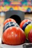 Boules de bowling colorées Photographie stock libre de droits
