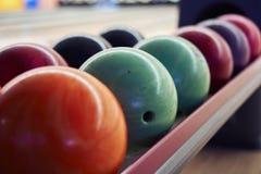 Boules de bowling dans une rangée image libre de droits