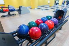 Boules de bowling machine de retour, fond d'allée Images stock