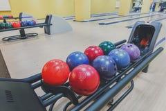 Boules de bowling machine de retour, fond d'allée Image stock