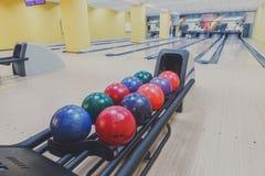 Boules de bowling machine de retour, fond d'allée Images libres de droits