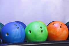Boules de bowling sur le mur photos libres de droits