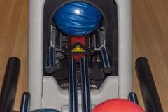 Boules de bowling sur le support photos libres de droits