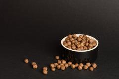 Boules de céréale de chocolat dans une tasse Image libre de droits