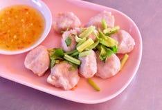 Boules de chair de poissons avec de la sauce épicée et aigre image stock