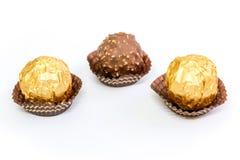 Boules de chocolat d'écrou à l'arrière-plan blanc image libre de droits