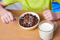 Boules de chocolat de céréale et verre de lait images stock