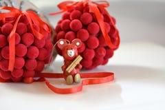 Boules de décoration d'arbre de Noël et ours en bois Image stock