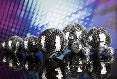 Boules de disco, ondes sonores et fond de musique Photographie stock libre de droits
