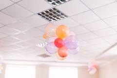 Boules de fête d'air dans le bureau Concept de la partie photographie stock