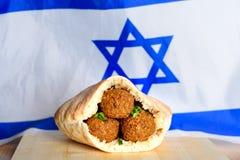 Boules de Falafel dans un pain pita sur le fond en bois de drapeau de l'Israël de table image libre de droits