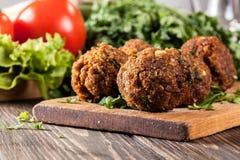Boules de falafel de pois chiche avec des légumes image stock