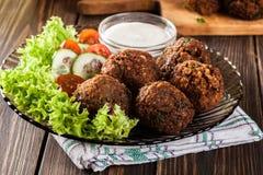 Boules de falafel de pois chiche avec des légumes photo libre de droits