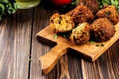 Boules de falafel de pois chiche avec des légumes photographie stock