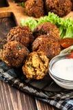 Boules de falafel de pois chiche avec des légumes images stock