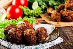 Boules de falafel de pois chiche avec des légumes photos stock