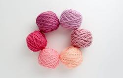 Boules de fil à tricoter dans le ton rose Photo stock