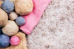 Boules de fil à tricoter sur le fond blanc Vue supérieure Foyer sélectif Image stock